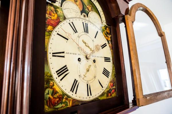 Slider Engelse staande klok met maanfase
